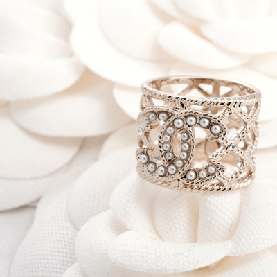 CHANEL 新款香奈兒經典珍珠雙C鏤空菱形寬版戒指 (#50)
