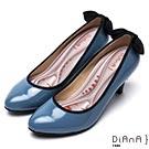 DIANA漫步雲端厚切輕盈美人款—亮澤牛漆皮蝴蝶結滾邊跟鞋-青瓷藍