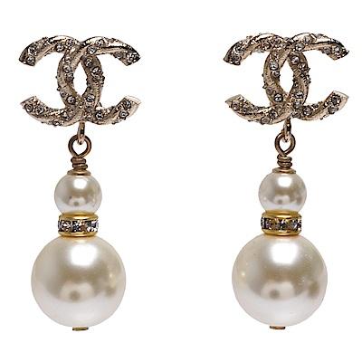 CHANEL 經典雙C麻花造型水鑽鑲嵌雙珍珠墜飾穿式耳環(金)