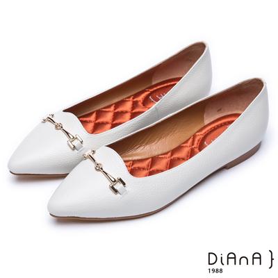 DIANA 魅力典雅–馬銜釦真皮尖頭平底鞋-白