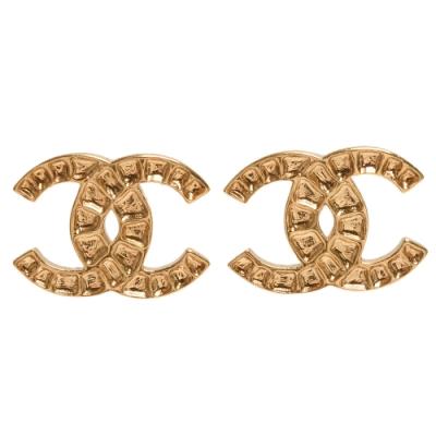 CHANEL 經典大雙C LOGO凹槽鑿飾造型穿式耳環(金)
