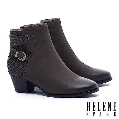 短靴 HELENE SPARK 率性交叉金屬繫帶V型紋理羊皮粗跟短靴-灰