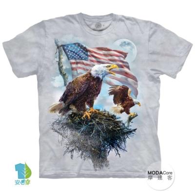 摩達客-美國進口The Mountain 愛國鷹旗 純棉環保中性短袖T恤