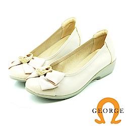 【GEORGE 喬治皮鞋】都會休閒 珍珠蝴蝶結楔型鞋-白