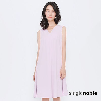 獨身貴族 柔光記憶後V領挖背傘襬洋裝(1色)