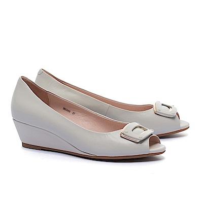 高跟鞋 AS 金屬風雙色方釦羊皮魚口楔型高跟鞋-米