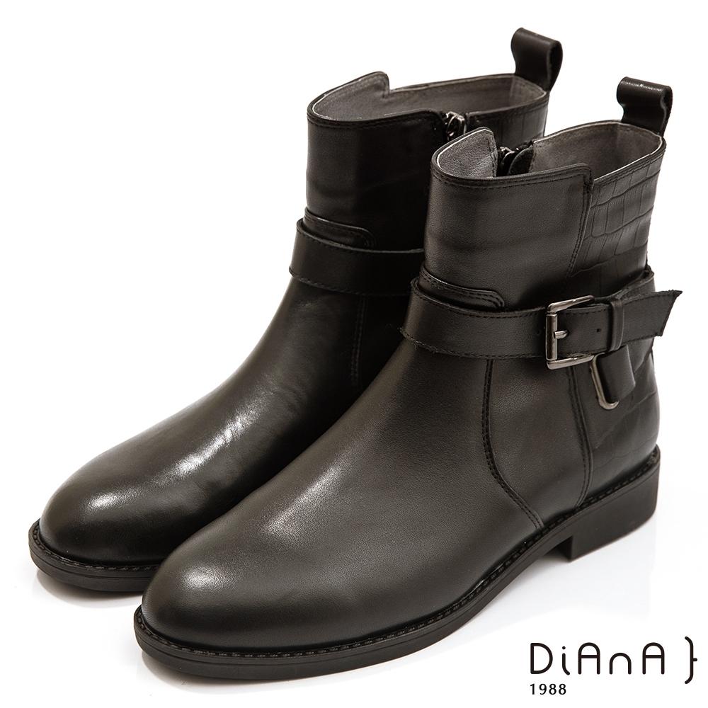 DIANA 2.5cm質感牛皮X壓紋拼接皮帶飾低跟短靴-迷人色調 –黑