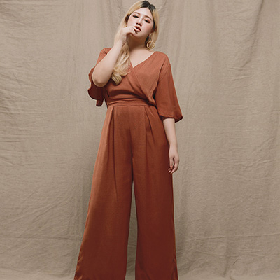 AIR SPACE LADY 中大尺碼 知性棉麻打褶寬袖連身長褲(磚紅)