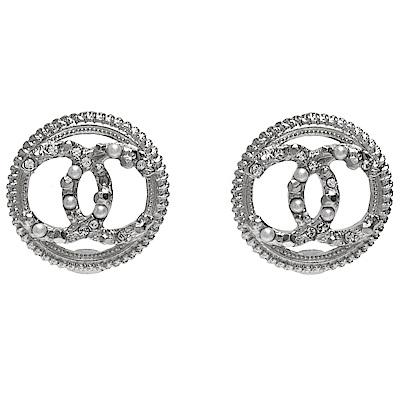 CHANEL 經典鏤空CC LOGO圓形滾邊珍珠水鑽交錯鑲嵌造型穿式耳環(銀)