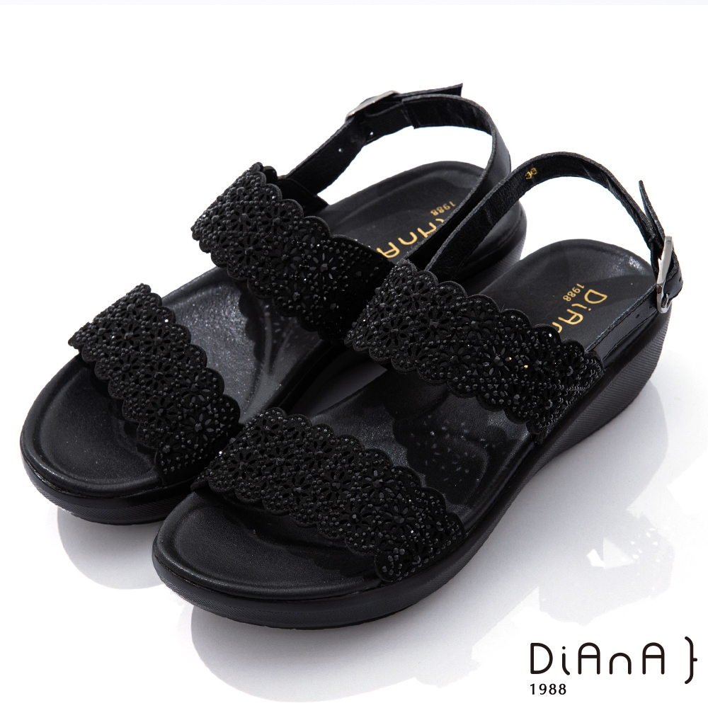 DIANA 4.5cm點點水鑽花朵邊寬板一字露趾涼鞋-浪漫戀曲-黑