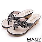 MAGY 迷人耀眼時尚風 閃閃花朵楔型夾腳拖鞋-灰色