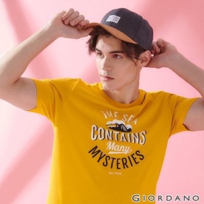 GIORDANO 男裝SUN AND SEA系列印花短袖T恤-42 古金黃