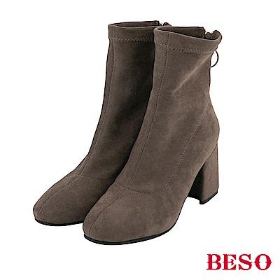 BESO 線條魅力 素面彈力粗跟襪靴-灰褐
