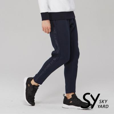 【SKY YARD 天空花園】棉質側邊文字印花彈力休閒長褲-深藍