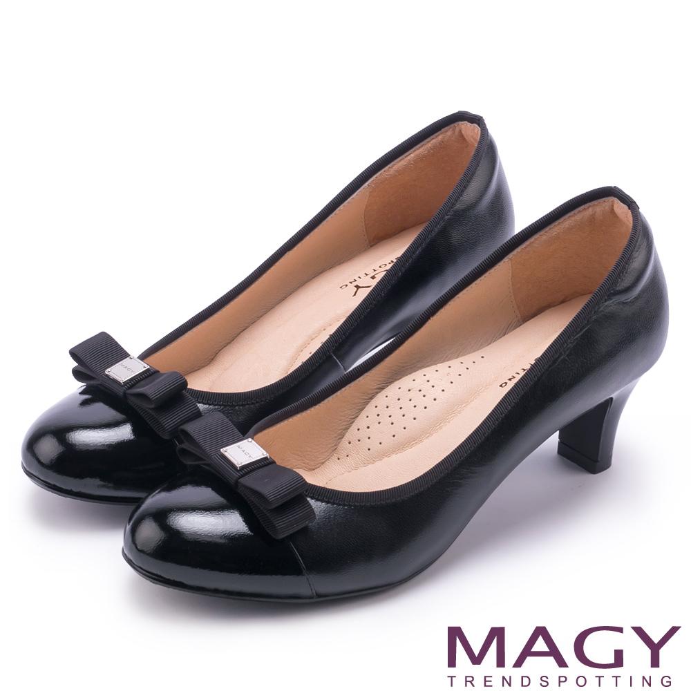 MAGY 氣質首選 雙材質拼接LOGO圓楦中跟鞋-黑色