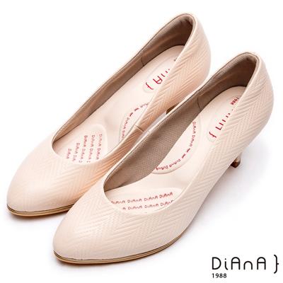 DIANA漫步雲端輕盈美人款--知性簡約閃電壓紋質感真皮跟鞋-米白
