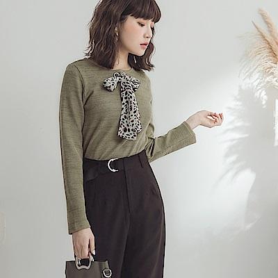 領口豹紋綁帶純色仿針織上衣-OB大尺碼