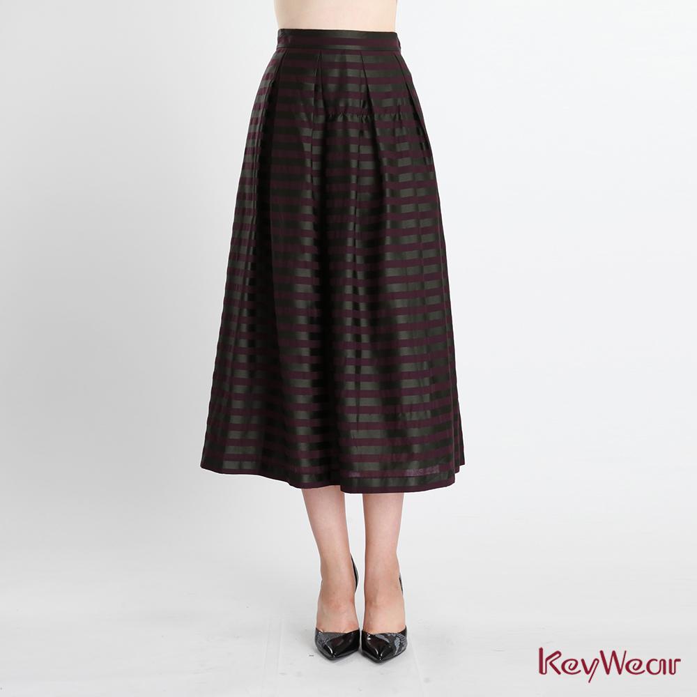 KeyWear奇威名品    經典緞面條紋印花長裙-葡萄紫色