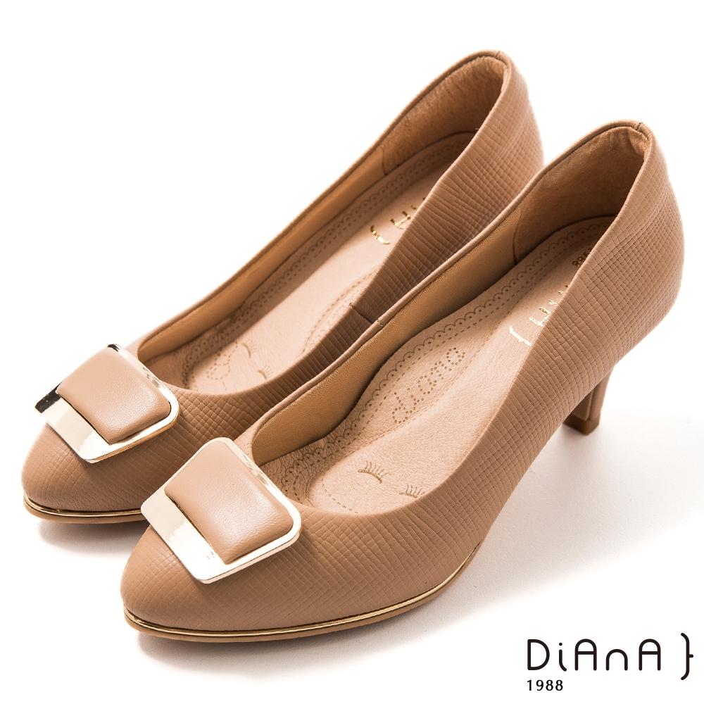 DIANA 6.5 cm格紋羊皮金屬斜角方釦飾圓尖頭跟鞋-漫步雲端焦糖美人-卡其