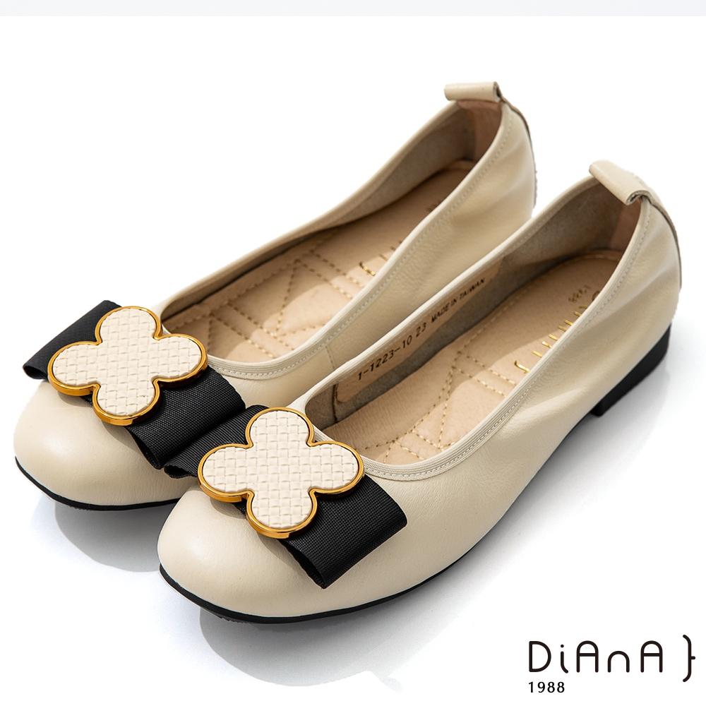 DIANA 1.8cm質感柔軟牛皮花朵蝴蝶結飾釦娃娃鞋-俏麗美人-米白