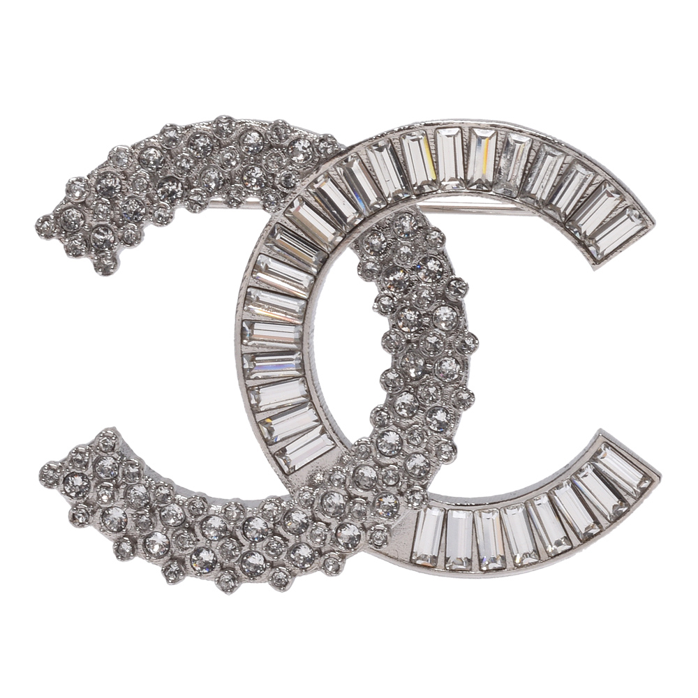 CHANEL 經典雙C LOGO水鑽排列鑲嵌金屬胸針(銀)