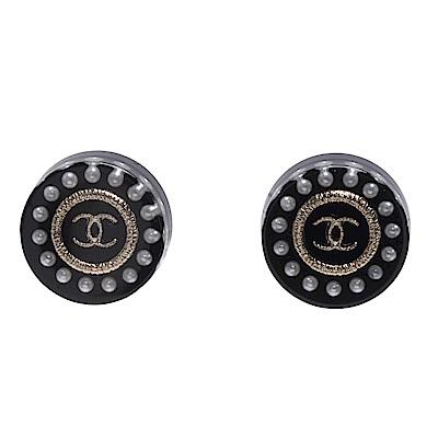 CHANEL 經典雙C LOGO珍珠鑲嵌圓型壓克力穿式耳環(黑)