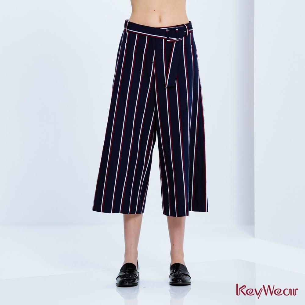 KeyWear奇威名品    帥氣紅白直條紋寬管七分褲-深藍色