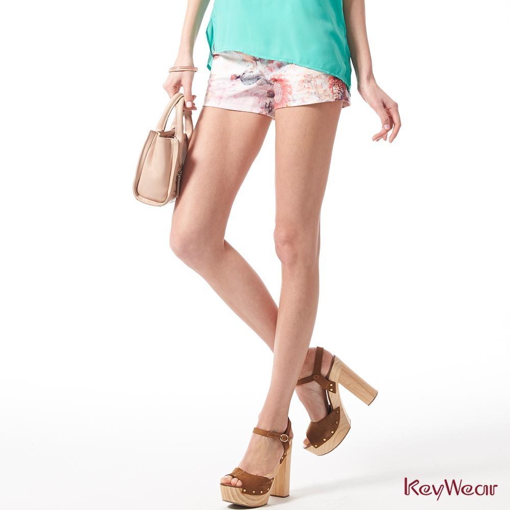 KeyWear奇威名品    浪漫花卉暈染短褲-橘紅色