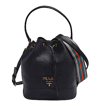 PRADA 經典品牌浮雕LOGO牛皮束口手提/斜背水桶包(黑)