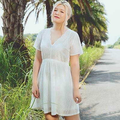 AIR SPACE PLUS 花苞V領燒花蕾絲短洋裝(白)