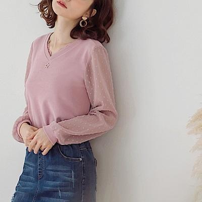 純色V領蕾絲綴飾拼接異材質點點網紗長袖上衣-OB嚴選