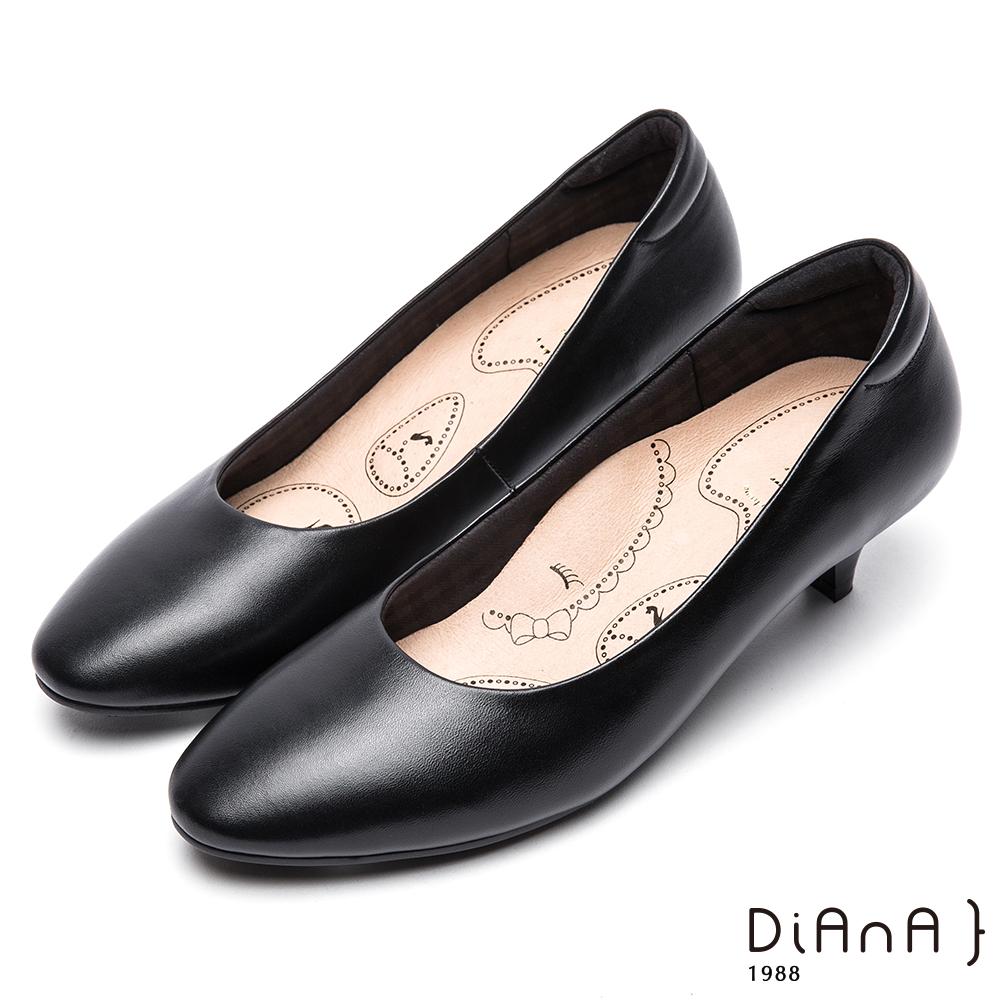 DIANA輕彈OL舒適4.5公分微尖制鞋-漫步雲端布朗尼美人款-黑