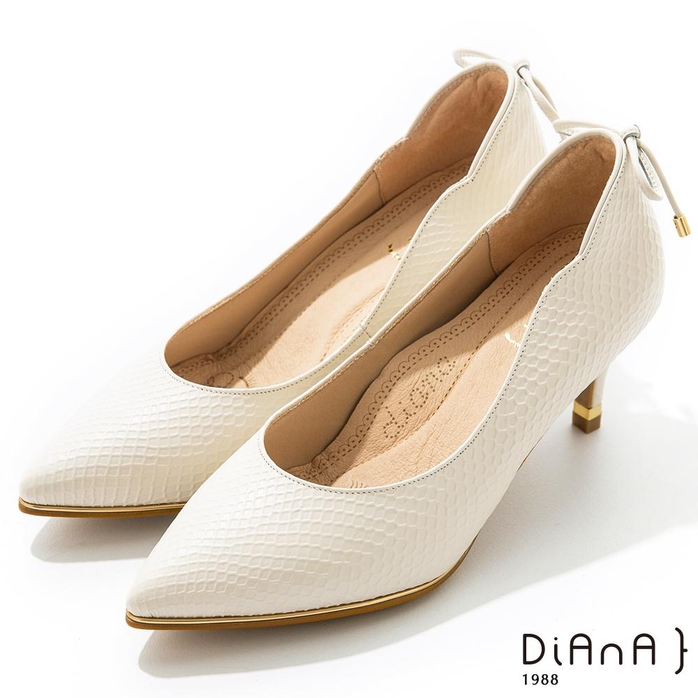 DIANA 6.5cm 壓紋羊皮蝴蝶結後飾釦尖頭跟鞋 -漫步雲端焦糖美人–米白
