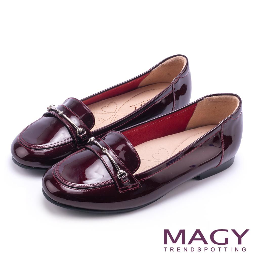 MAGY 文青學院風 簡約金屬釦環牛皮樂福鞋-鏡紅