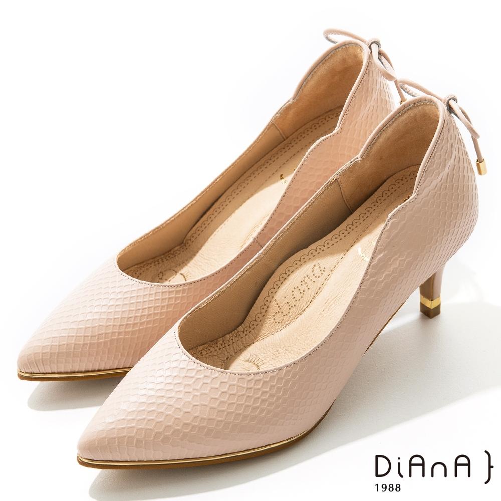 DIANA 6.5cm 壓紋羊皮蝴蝶結後飾釦尖頭跟鞋 -漫步雲端焦糖美人–淺粉