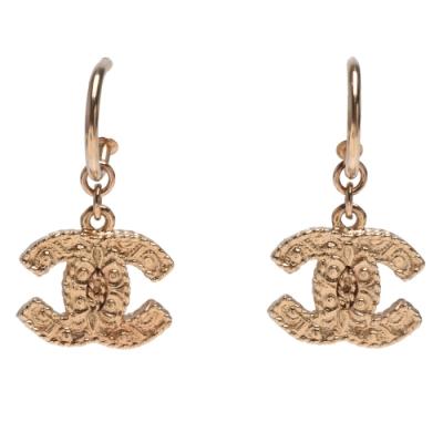 CHANEL 經典雙C LOGO特殊刻紋垂掛魚鉤穿式耳環(金)