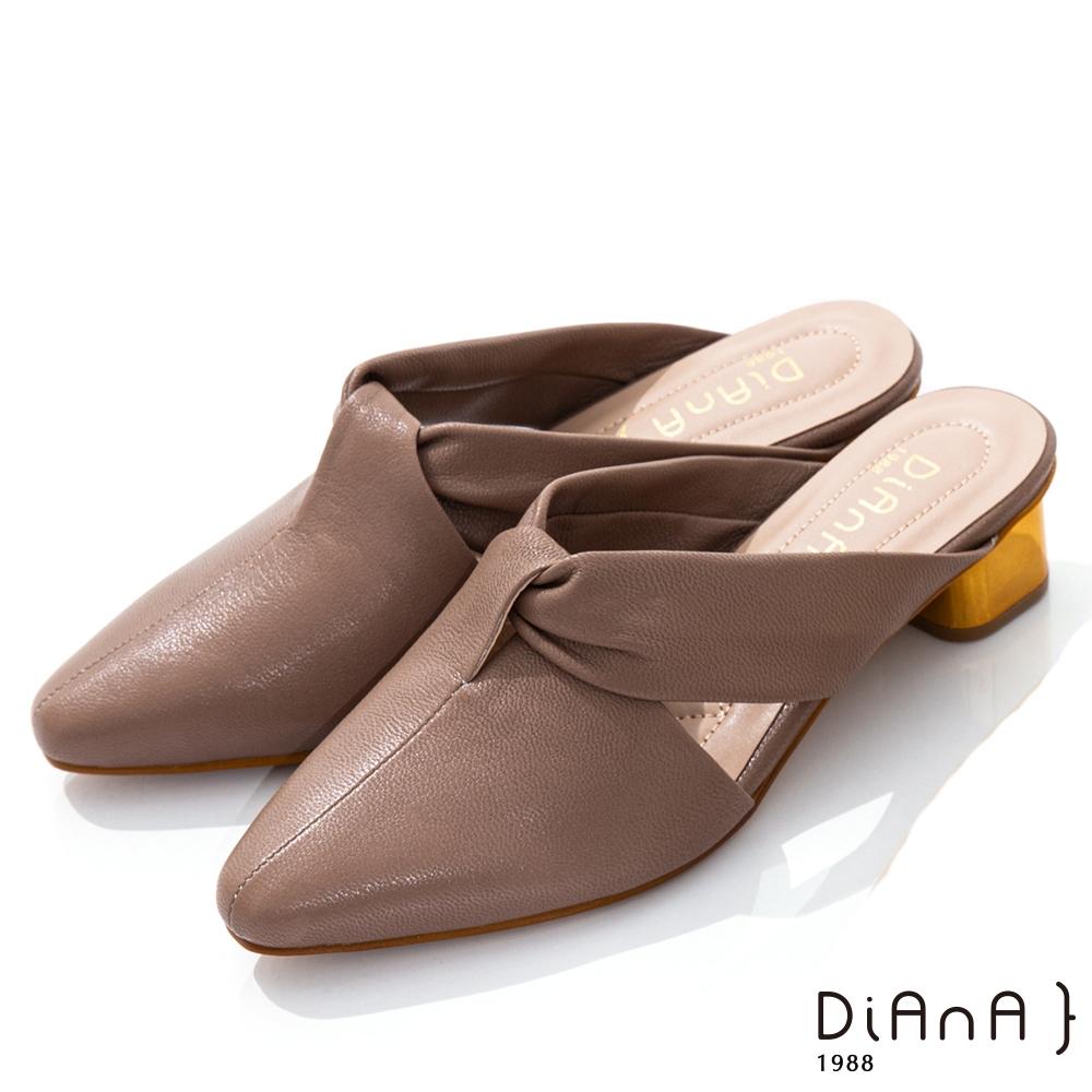 DIANA 4cm質感羊皮俐落剪裁扭帶尖頭低跟穆勒鞋–都會時尚-卡其