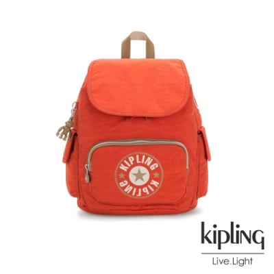Kipling 時髦亮橘色復古LOGO拉鍊掀蓋後背包-CITY PACK S