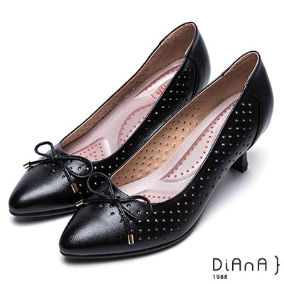 DIANA蝴蝶結鞋面尖頭洞洞舒適真皮跟鞋-漫步雲端輕盈美人-黑