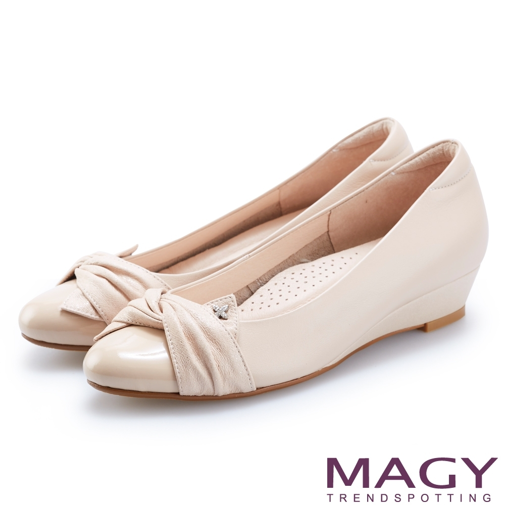 MAGY 復古上城女孩 布面抓皺質感牛皮楔型低跟鞋-裸色