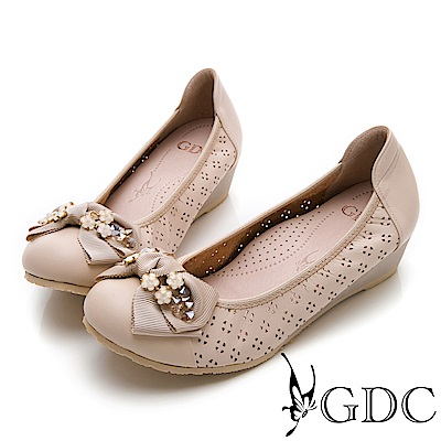 GDC-素面簍空真皮清新水鑽蝴蝶結楔型底包鞋-米杏色