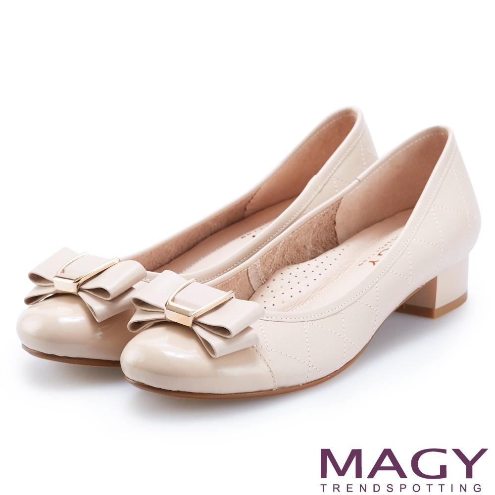 MAGY OL通勤專屬 特殊造型釦+織帶蝴蝶結低跟鞋-裸色