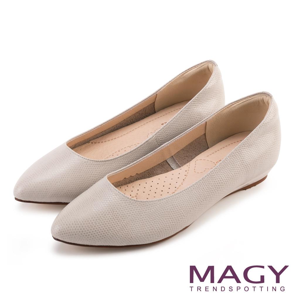 MAGY 親膚舒適尖頭真皮 女 平底鞋 壓紋米灰