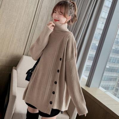 La Belleza高領翻領斜排釦下擺不對稱坑條包心紗針織毛衣