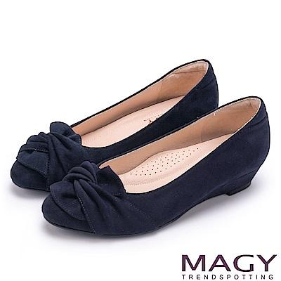 MAGY 復古上城女孩 扭結布料質感楔型低跟鞋-藍色