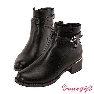 Grace gift-交叉帶釦金屬飾片短靴 黑