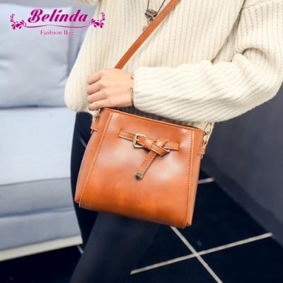 【Belinda】設計都市感綁結皮帶扣斜背包(棕色)