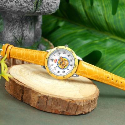 Disney 迪士尼 獅子王 辛巴面板 兒童錶 卡通錶 紋路皮革手錶-白x芥黃/32mm