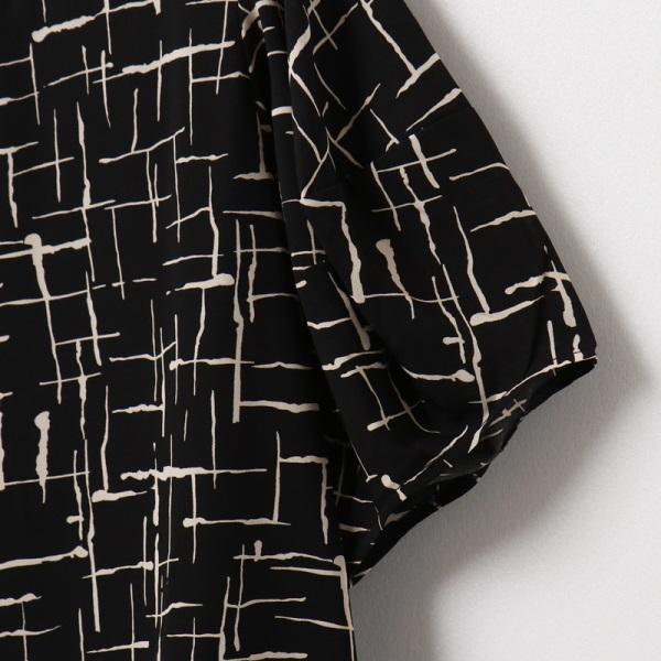 不易皺滿版層次線條印花五分澎袖上衣-OB大尺碼