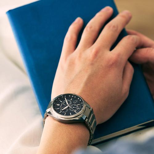 (無卡分期12期)CITIZEN星辰經典紳仕鈦金屬電波錶(CB5040-80L)-藍